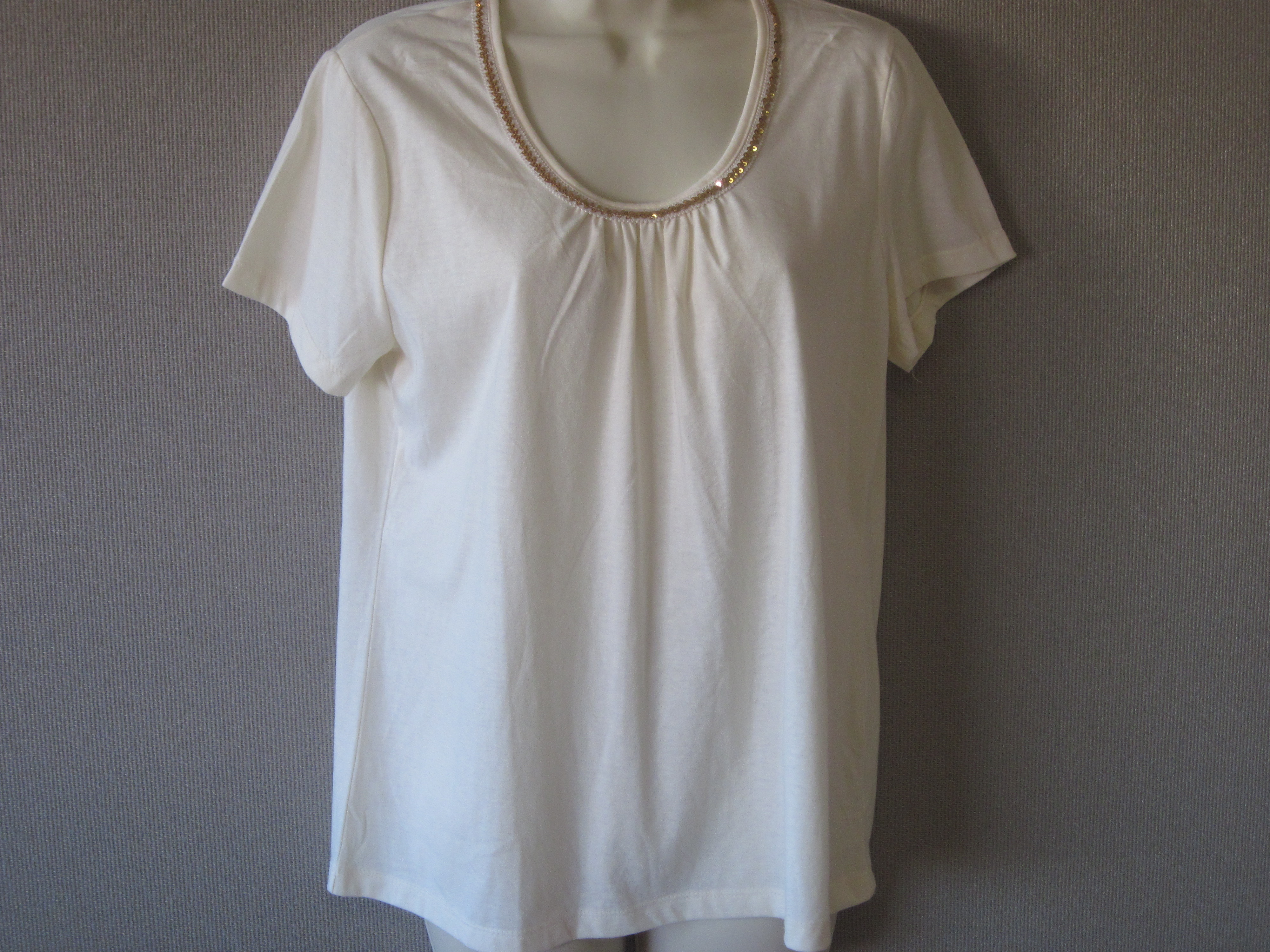 Jaclyn Smith Sz Small Sequin Trim Tee (cream, gold sequins)