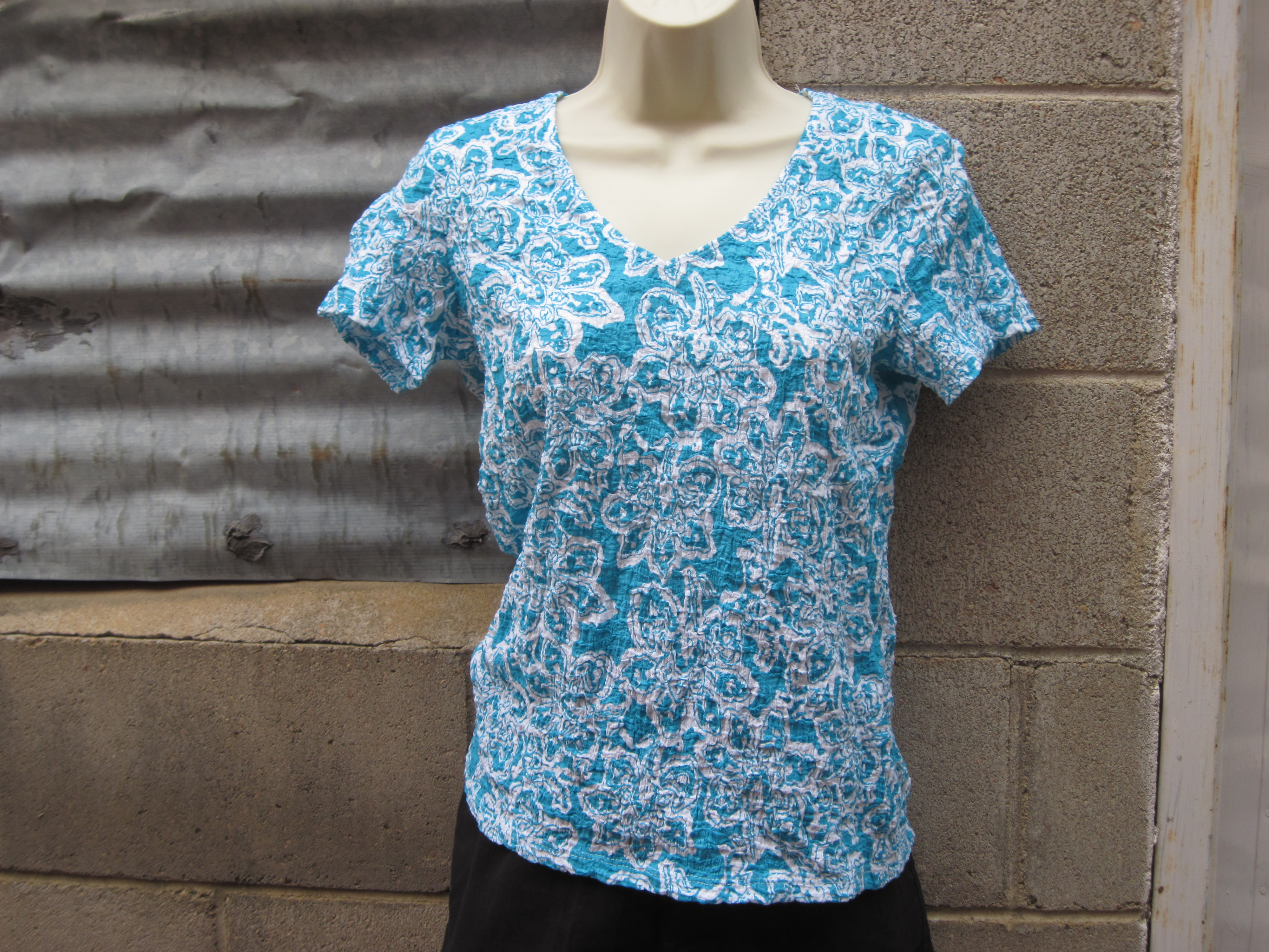 Jaclyn Smith Sz S Womens Crinkle Tee Blue & White